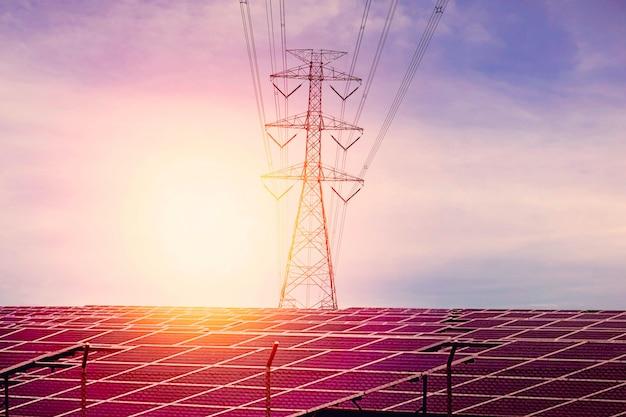 Erneuerbare energien, solarzellen mit strommasten und abendliche sonnenuntergänge