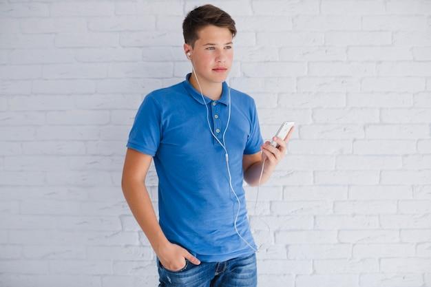 Ernst aussehende teenager musik hören