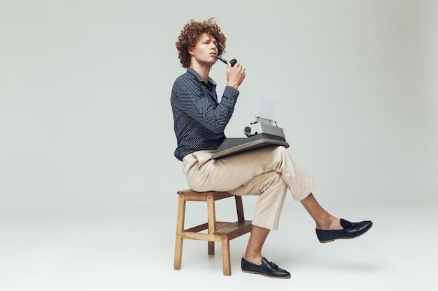 Ernst denkender retro-mann gekleidet im hemd