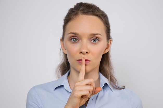 Ernst junge geschäftsfrau halten geheimnis