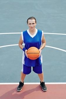Ernste basketballspielerin