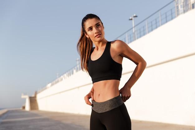 Ernste fitness-dame mit schönem gesundem körper