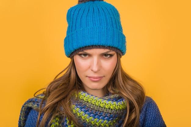 Ernste frau in warmem hut herbstkleidung winter outfit stimmung verschiedene emotionen emoticon gefühl und