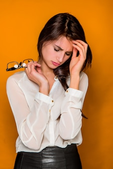 Ernste frustrierte junge schöne geschäftsfrau