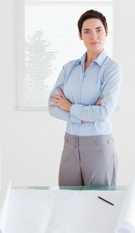 Ernste geschäftsfrau mit einem architekturplan