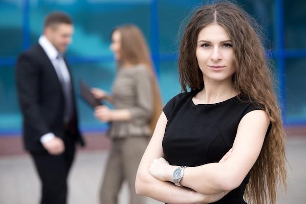 Ernste geschäftsfrau mit langen haaren