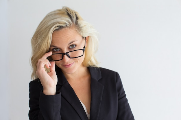 Ernste junge geschäftsfrau mit brille