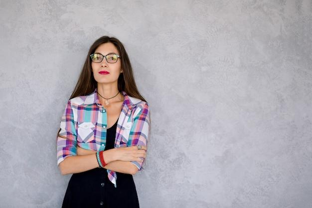 Ernste tragende gläser der jungen frau