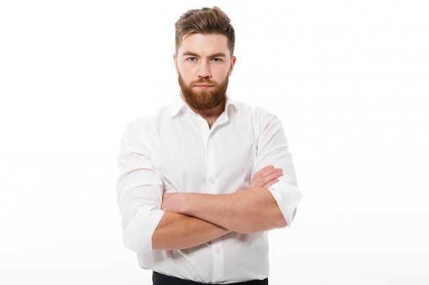 Ernster bärtiger mann beim geschäftskleidungsschauen