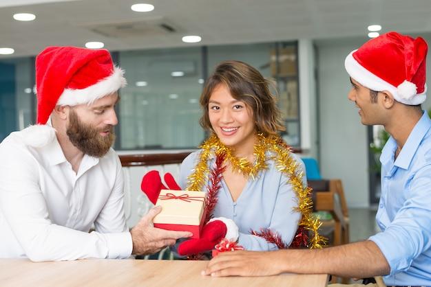 Ernster chef, der den mitarbeitern frohe weihnachten wünscht