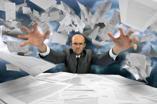 Ernster geschäftsmann, der papiere manipuliert