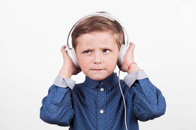 Ernster junge, der musik hört