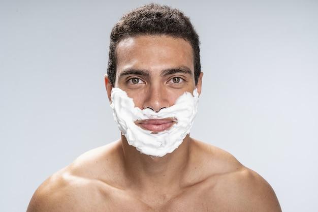Ernster junger mann wird sich den bart rasieren