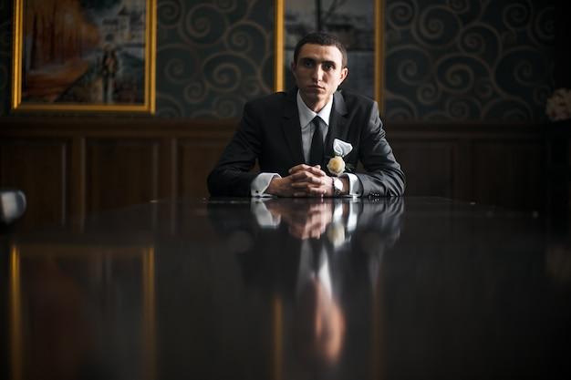 Ernster mann in stilvollem anzug