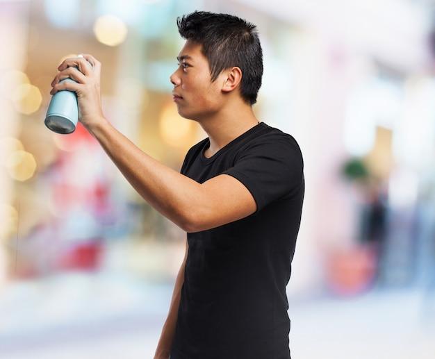 Ernster mann mit einem spray in der hand