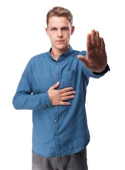 Ernster mann mit einer ausgestreckten hand