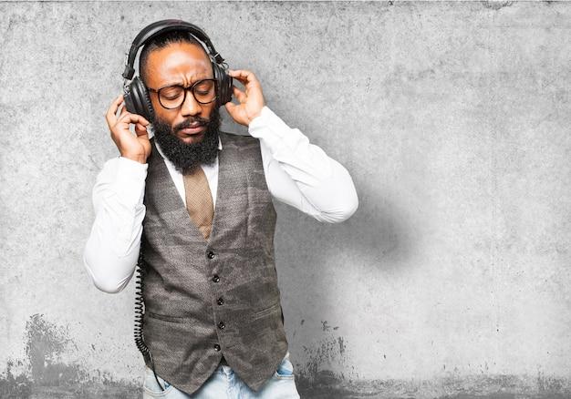 Ernster mann mit kopfhörern musik hören