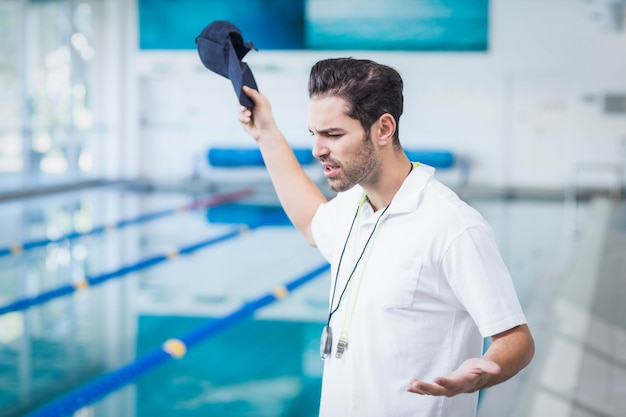 Ernster trainer verärgert über jemanden am pool