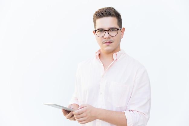 Ernster überzeugter softwareentwickler, der mit tablette aufwirft