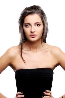 Ernster und eleganter brunette im schwarzen kleid