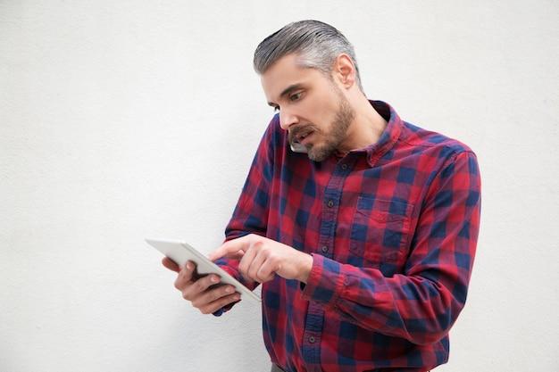 Ernster unternehmer, der auf mobiltelefon spricht