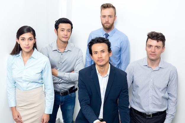 Ernstes business team gathering auf office treppenhaus