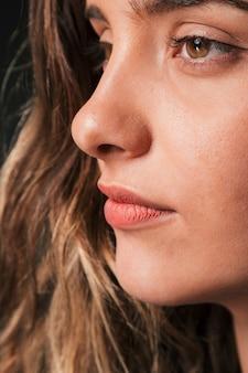 Ernstes mädchenporträt des schönen brunette