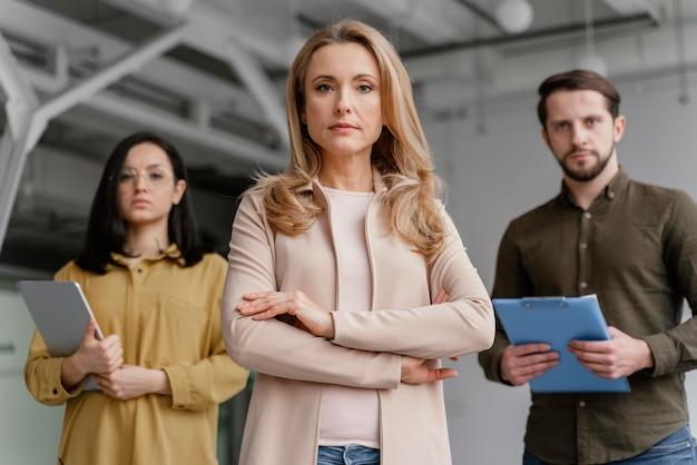 Ernstes team von mitarbeitern im büro