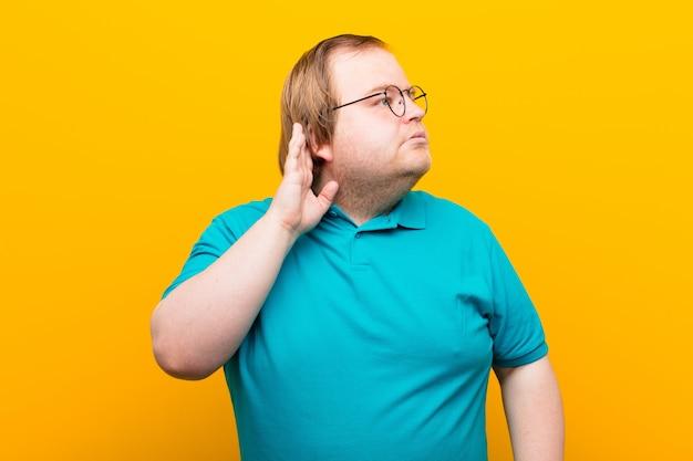 Ernsthaft und neugierig aussehen, zuhören, versuchen, ein geheimes gespräch oder klatsch zu hören, lauschen