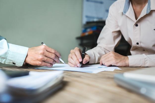 Ernsthafte beratungen zwischen anwälten und arbeitgebern