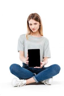 Ernsthafte frau, die leeren bildschirm der tablette zeigt