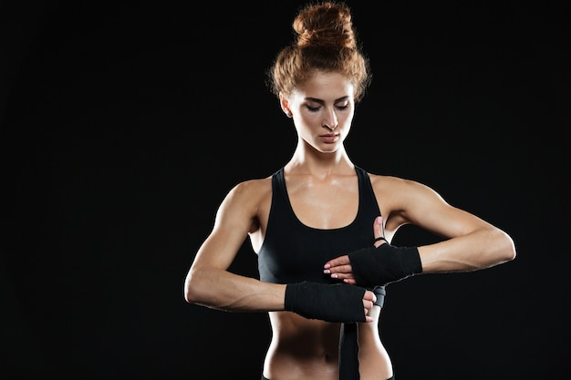 Ernsthafte junge sportdame boxerin
