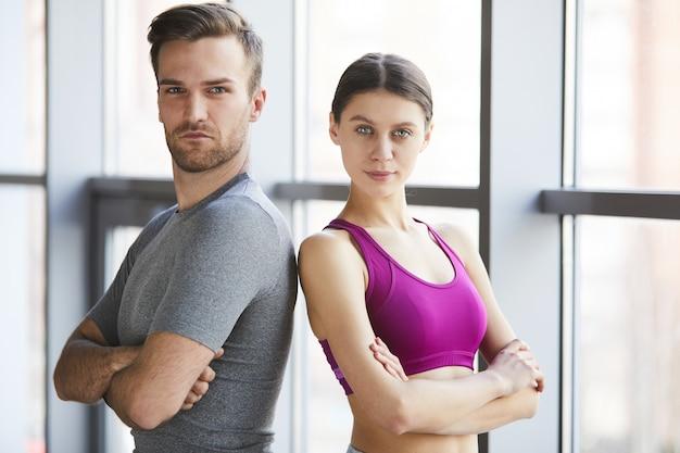 Ernsthafte professionelle fitnesstrainer