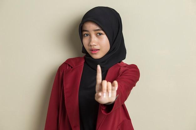 Ernsthafte verärgerte asiatische muslimische frau, die stopphandgeste zeigt