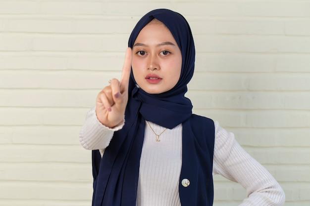 Ernsthafte verärgerte muslimische frau, die stop-hand-geste zeigt