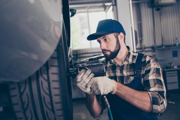 Ernsthafter bärtiger handwerker in kariertem hemd, kopfbedeckung