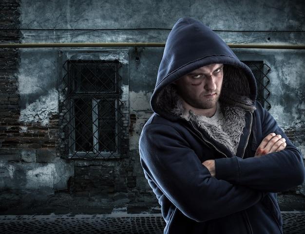 Ernsthafter bandit im ghetto