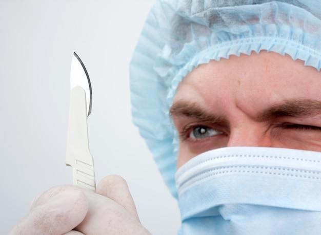 Ernsthafter chirurg mit messer
