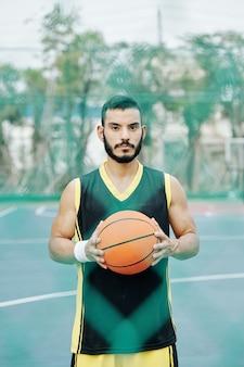 Ernsthafter hispanischer basketballspieler