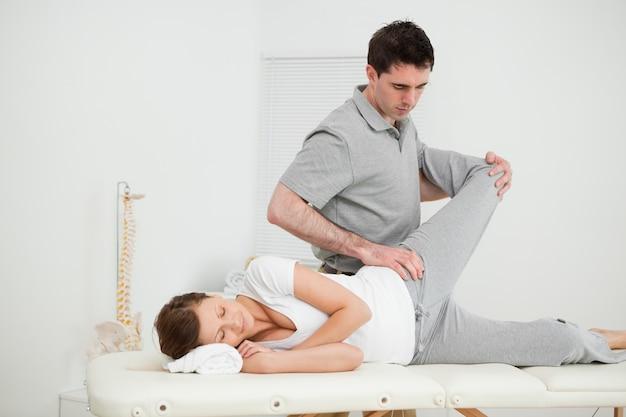 Ernsthafter osteopath, der gelenkmobilisierung macht