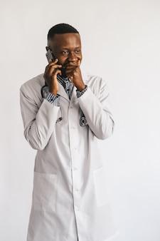 Ernsthafter verwirrter afroamerikanischer arzt, der am telefon spricht