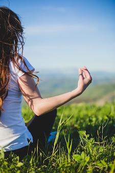 Ernte frau macht yoga auf feld