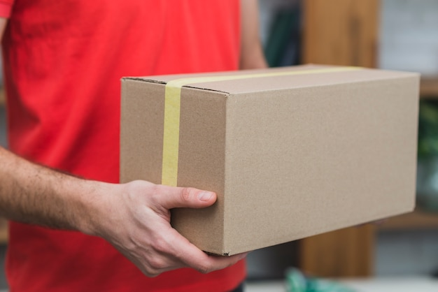 Ernte liefer mann mit karton box