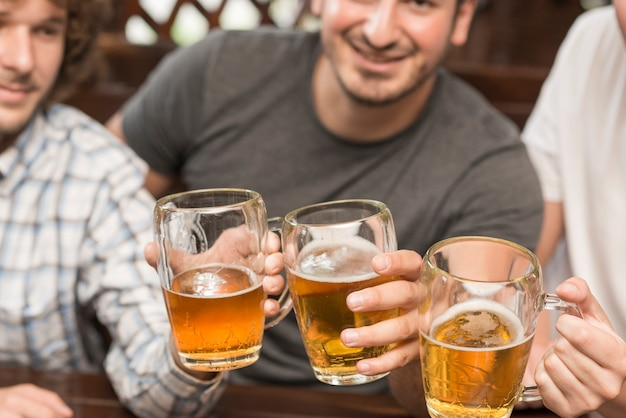 Ernte männer klirrende tassen in der bar