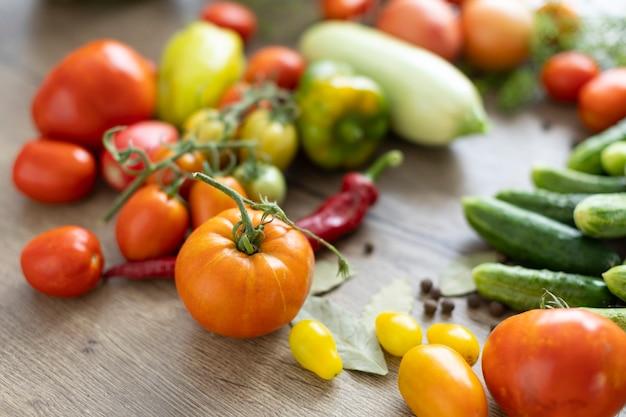 Ernte von gemüse auf dem tisch, tomaten, gurken, paprika.