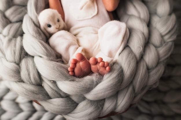 Ernte zartes neugeborenes baby im plaid