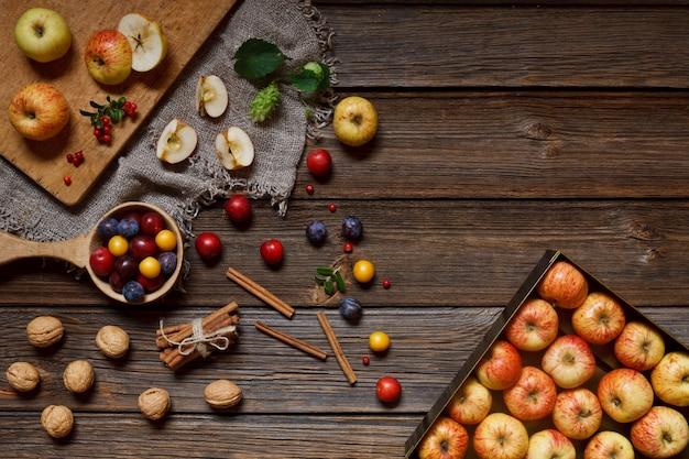 Erntedankfest - frische saftige äpfel, wilde kirschpflaumen, honig und walnüsse