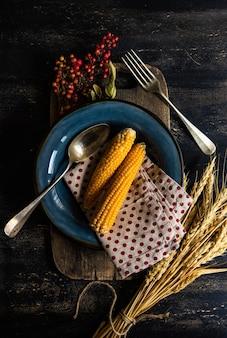Erntedankfest oder herbstliches erntekonzept mit rahmen mit nüssen, beeren, gemüse und früchten auf dunkler holzoberfläche mit kopienraum
