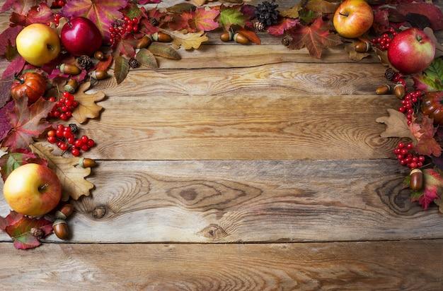 Erntedankkonzept mit äpfeln, eicheln, beeren und fallblättern