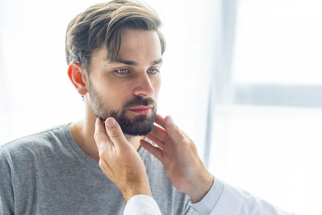 Erntedoktor, der lymphknoten des jungen mannes berührt